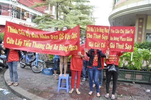 TP.HCM: Tiểu thương chợ An Đông đồng loạt phản đối vì giá thuê sạp quá cao - 1