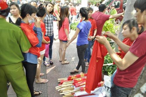 TP.HCM: Tiểu thương chợ An Đông đồng loạt phản đối vì giá thuê sạp quá cao - 11
