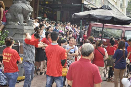 TP.HCM: Tiểu thương chợ An Đông đồng loạt phản đối vì giá thuê sạp quá cao - 2