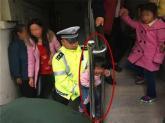Con 3 tuổi kẹt cổ ở cầu thang vì mẹ mải mê xem đám cháy