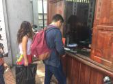 Du khách vui vẻ khoác áo dài vào đền Ngọc Sơn