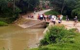 Dùng ô che mưa khi chạy xe máy, hai thanh niên lao xuống suối