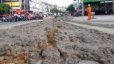 Xe ben đổ bùn đất tràn suốt 500 m đường ở Sài Gòn