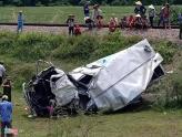 Xe tải bị tàu lửa kéo lê gần 100 m, tài xế nguy kịch