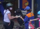 Hà Nội: Vạch mặt thủ đoạn 'móc túi'  tinh vi của nhân viên bán xăng