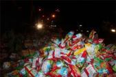 Đổ hàng ngàn gói bim bim ra hè đường