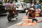 Sự thật nhức nhối phía sau những ông bà cụ bán tăm bông ở Sài Gòn