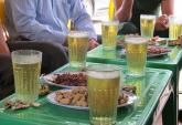Uống bia cỏ giá rẻ gây đau đầu