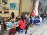 Hot girl bán trà đá gây sốt ở Hà Nội