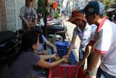 Người Sài Gòn bán cà chua giúp nông dân Lâm Đồng