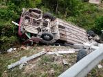 Xe khách chở 42 người Việt gặp tai nạn tại Lào