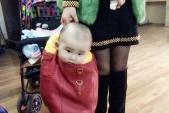 Cư dân mạng phẫn nộ trước cảnh mẹ nhét con vào túi
