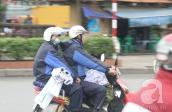 Hà Nội: Nhiệt độ giảm sâu, nhiều người phải mặc áo mưa tránh rét