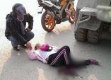 Xúc động khoảnh khắc nam thanh niên nắm tay cô gái bị tai nạn trong lúc chờ cứu thương