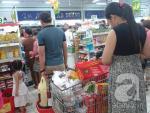 Sài Gòn: Siêu thị, chợ đêm đông đúc người sắm Tết