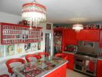 Căn nhà đỏ trắng của bà mẹ phát cuồng với Coca-cola
