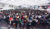 Người Hà Nội xếp hàng dài chờ mua sách 2.000 đồng