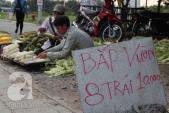TP.HCM: Rau củ rẻ bèo chất đống, đổ bán đầy đường