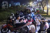 Ngày cuối tuần, người Sài Gòn đổ xô đi... picnic trên vỉa hè