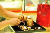 Giá vàng bất ngờ giảm sâu, USD tăng nhẹ