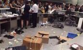 Hành khách đồng loạt ném hộp cơm, chai nước vào quầy dịch vụ vì bị trễ giờ bay