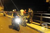 Ngày nắng nóng, tối người dân liều mạng hóng mát trên cầu Nhật Tân