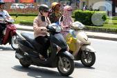 Nắng nóng xấp xỉ 40 độ: Chị em Hà Nội ngày kín - tối hở