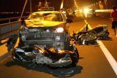 Hóng mát trên cầu Nhật Tân, 4 người bị taxi tông gục