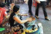 Thức ăn vỉa hè ngày tết: Càng bẩn càng đông khách