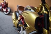 Ngắm siêu mô tô Ducati Diavel sơn nhũ vàng ở Hà Nội