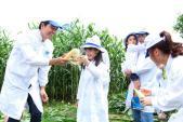 """MC Phan Anh tròn mắt với bò 'đại gia"""" ở trang trại Vinamilk"""