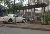 Bắt gặp Rolls-Royce Phantom thay lốp trên vỉa hè Hà Nội