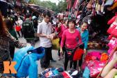 Người Hà Nội nhộn nhịp sắm quần áo bình dân mùa đông