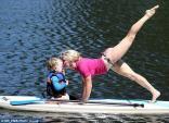 Bà mẹ Yoga nước Úc tạo dáng cực dẻo cùng con trên ván