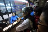 Khó mua vé tàu tết qua mạng, khách hàng vẫn đến ga