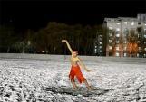 Trời lạnh dưới 0 độ C, chàng trai vẫn cởi trần nhảy múa mừng sinh nhật bạn gái