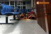 Thảm cảnh ngủ co ro ở hành lang bệnh viện trong giá rét