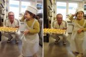 Bé Việt 4 tuổi biết vào bếp nấu ăn, làm bánh cực ngon
