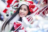 Á hậu Diễm Trang rạng rỡ đón Noel trên phố Hà Nội