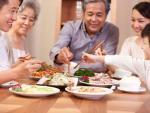"""Bữa cơm gia đình thời """"hiện đại"""": Ăn sẵn nhiều dễ…mất ngon"""