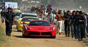 8 vệ sĩ hộ tống một chiếc Ferrari LaFerrari