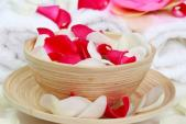 7 công dụng làm đẹp của cánh hoa hồng
