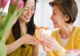 Có nên tặng quà Tết cho mẹ chồng tương lai?
