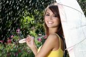 Mẹo giữ lớp trang điểm và mái tóc tóc đẹp trong ngày mưa