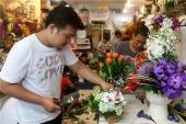 Hoa hồng nhiều, giá vẫn tăng vụt trong dịp 8-3