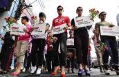 Đàn ông Philippines đi giày cao gót mừng ngày 8.3