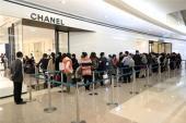 Dân Trung Quốc xếp hàng mua đồ hiệu vì euro mất giá