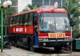 Quán cà phê giá rẻ trên xe bus