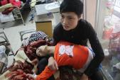 Cảm động 9x bế em gái bị bại não 10 năm đi chữa bệnh