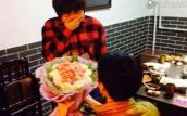 Chàng trai kết hoa bằng thịt giăm bông cầu hôn bạn gái
